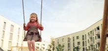 GAG Köln: Kind auf einer Schaukel