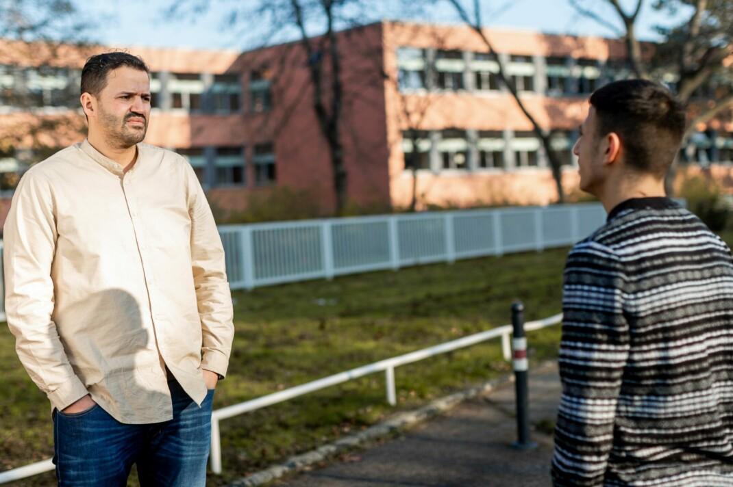 GAG-Streetworker Hassan Fakhir vor einer Hauptschule in Köln-Chorweiler