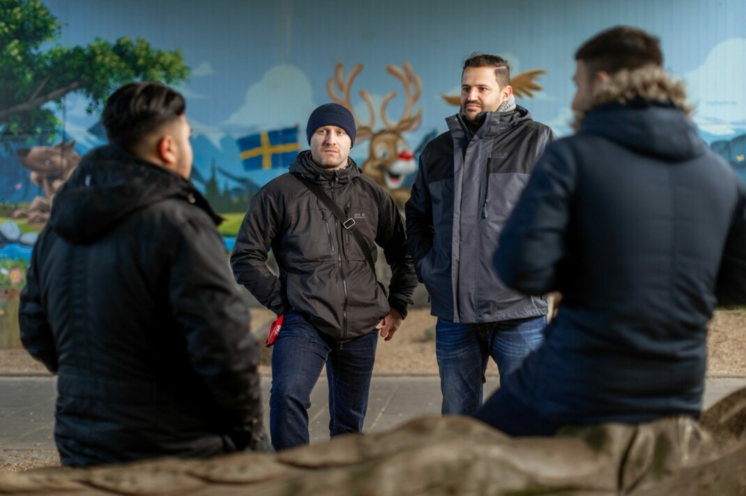 GAG-Streetworker Roman Friedrich und Hassan Fakhir im Gespräch mit Klienten