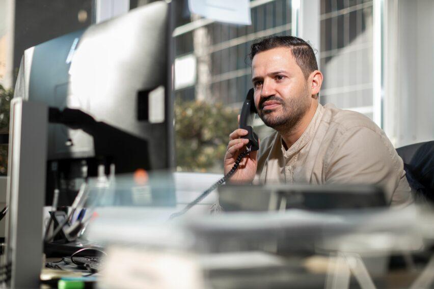 GAG-Streetworker Hassan Fakhir am Telefon mit einem Klienten